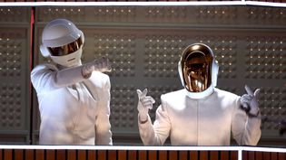 Daft Punk (Thomas Bangalter et Guy-Manuel de Homem Christo) sur scène aux 56e Grammy Awards, à Los Angeles (Etats-Unis), le 26 janvier 2014. (KEVIN WINTER / WIREIMAGE / GETTY IMAGES)