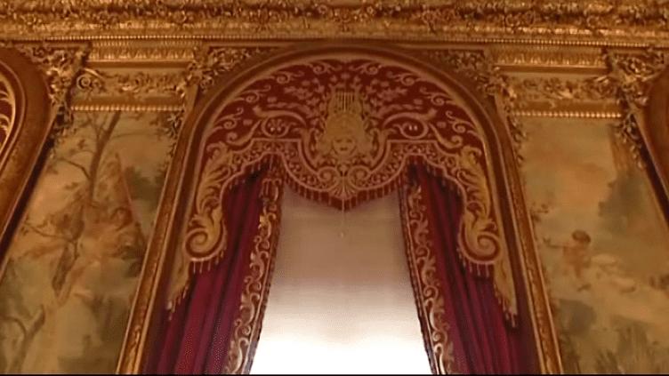 Les rideaux restaurés du grand foyer de l'Opéra Comique de Paris  (Culturebox - capture d'écran)