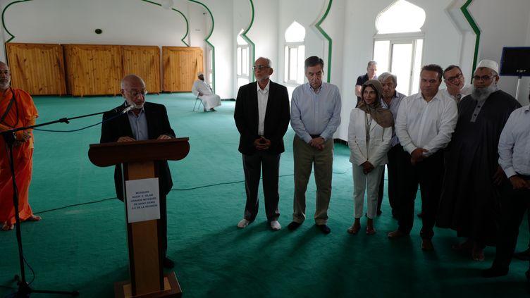 François Fillon en visite à la mosquée Noor-al-Islam de Saint-Denis (La Réunion), lundi 13 février 2016. (Jean-Marie Porcher/franceinfo)