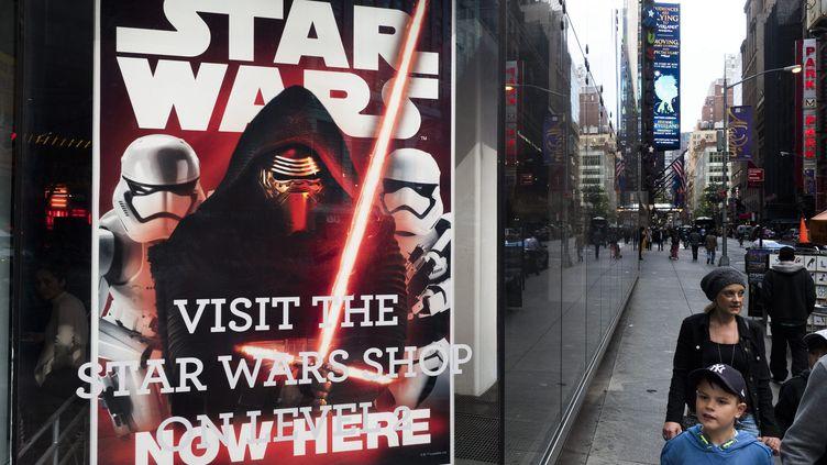 """Le magasin """"Star Wars"""" à New York (Etats-Unis) le 14 octobre 2015, à l'occasion de la sortie du septième épisode, """"Le Réveil de la Force"""". (MAXPPP)"""