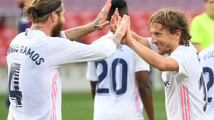 Sergio Ramos (à gauche) et Luka Modric après le troisième but du Real Madrid inscrit par le Croate. (LLUIS GENE / AFP)