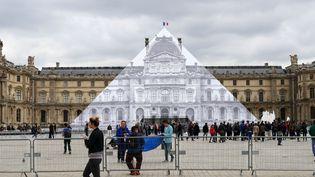 La pyramide du Louvre disparaît sous le collage de JR (24 mai 2016)  (photo Valérie Oddos / Culturebox / France Télévisions)