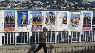 Des panneaux électoraux à Marseille, le 25 novembre 2015. (BORIS HORVAT / AFP)