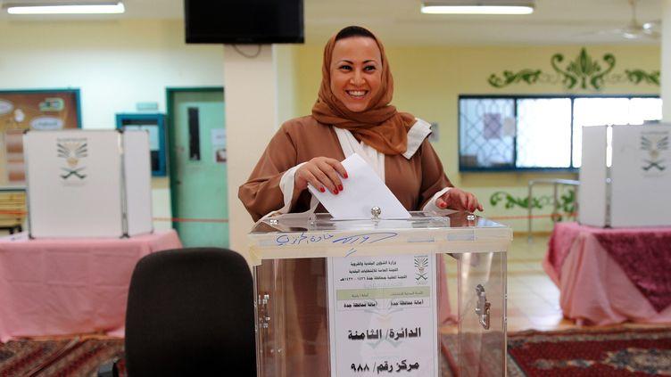Une Saoudienne dépose son bulletin de vote, à Djeddah (Arabie saoudite), le 12 décembre 2015. (- / AFP)