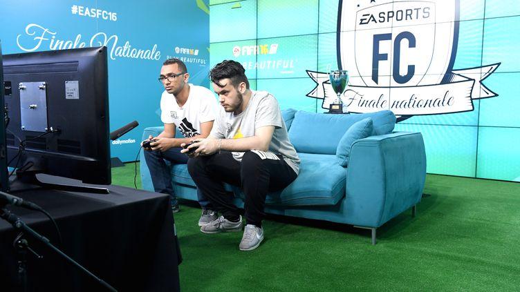 Wissam « Ulquiorra » Abou Ahmed et Corentin « Rocky » Chevrey, en finale du championnat de France sur FIFA 16