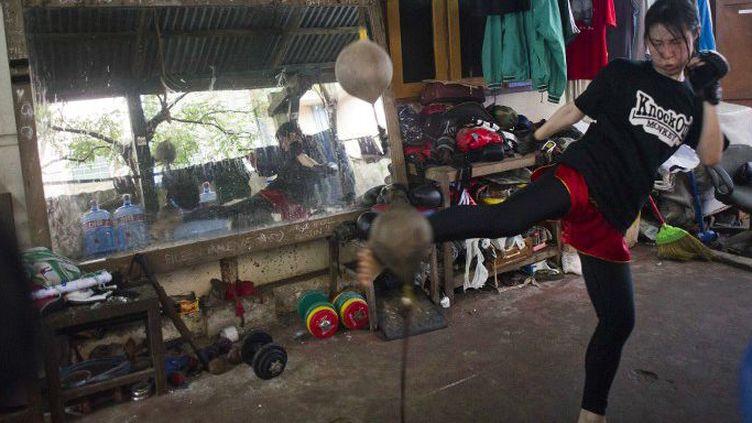 Une Birmane s'entraîne dans une salle de boxe à Rangoun. (Ye Aung Thu / AFP)