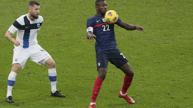 Marcus Thuram et Joona Toivi au stade de France (Saint-Denis), le 11 novembre 2020. (STEPHANE ALLAMAN / AFP)