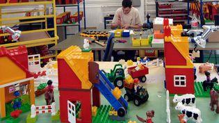 Des réalisations en briques et en personnages Lego. (MICHAL CIZEK / AFP)