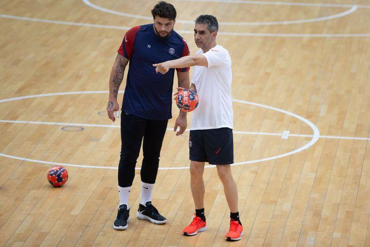 Élohim Prandi écoute les consignes de Jota González, l'entraîneur adjoint du PSG
