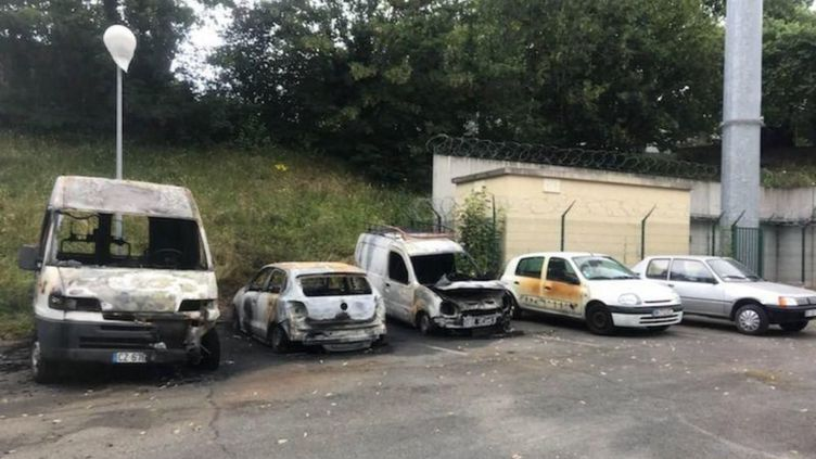 Quatre véhicules avaient déjà été incendies aux abords de la prison de Fresnes fin juin. (DENIS COURTINE / MAXPPP)