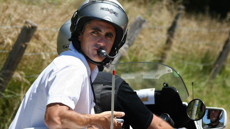 L'ancien coureur Laurent Jalabert dans son rôle de consultant, lors du Tour de France, le 15 juillet 2007. (FRANCK FIFE / AFP)