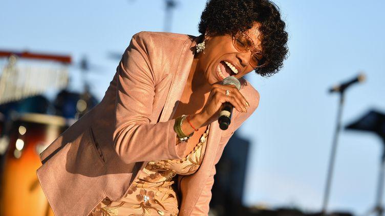 Dee Dee Bridgewater lors d'un concert d'hommage à Aretha Franklin jeudi 30 août 2018 à Detroit (Michigan, États-Unis). (ANGELA WEISS / AFP)