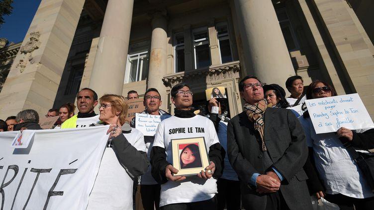 Des proches de Sophie Le Tan devant le tribunal de Strasbourg, le 5 octobre 2018. (FREDERICK FLORIN / AFP)
