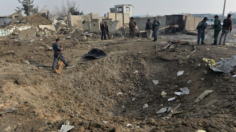 Les autorités enquêtent sur le site d'une attaque kamikaze à Kaboul, en Afghanistan, le 29 novembre 2018. (NOORULLAH SHIRZADA / AFP)