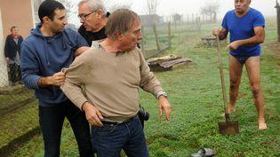 Des habitants d'Audon (Landes) prennent à partie le président de la LPO, Allain Bougrain-Dubourg, le 9 novembre 2015. (GAIZKA IROZ / AFP)