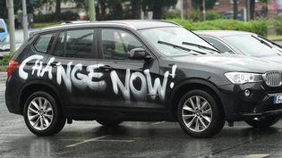 Un SUV recouvert de peinture par des manifestants pro-climat, le 16 juin 2020 à Hessen (Allemagne). Le rôle de ces voitures est pointé du doigt par Oxfam dans son rapport sur le bilan carbone des 1% les plus riches. (ARNE DEDERT / DPA)