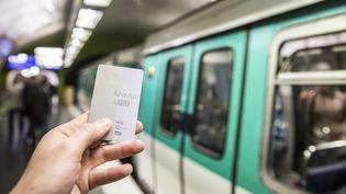 Un passe Navigo, qui permet de circuler dans les transports en commun parisiens, le 17 novembre 2017. (MAXPPP)