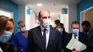 Le Premier ministre Jean Castex, lors de sa visite au Centre hospitalier Sud Essonne, à Etampes (Essonne), le 20 août 2021. (CHRISTOPHE ARCHAMBAULT / AFP)