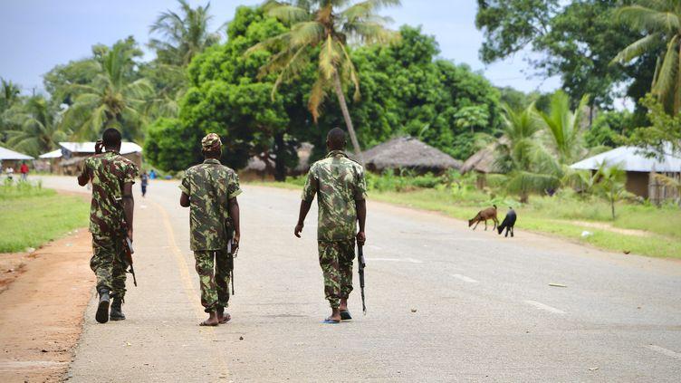 Des soldats mozambicains patrouillent dans le village de Mocimboa da Praia, port stratégique dans le nord du pays, après une attaque attribuée aux islamistes le 7 mars 2018. (ADRIEN BARBIER / AFP)