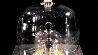 """Le """"Grand K"""", qui sert d'étalon à toutes les mesures de masse, conservé derrières trois parois de verre et de vide au Bureau international des poids et mesures, à Sèvres (Hauts-de-Seine). (BIPM / AFP)"""
