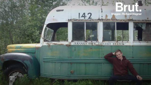 """Il avait servi de refuge au jeune aventurier Christopher McCandless. Le célèbre bus du film """"Into the Wild"""" vient d'être arraché à sa forêt d'Alaska par un hélicoptère..."""