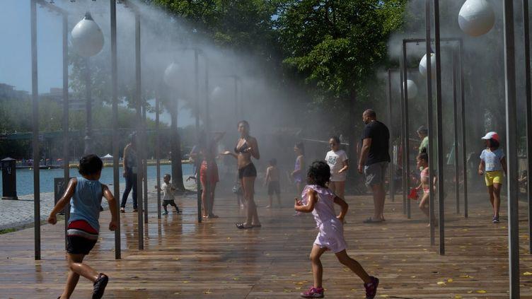 Des enfants jouent sur les quais de Seine, à Paris, le 9 août 2020. (PATRICIA MORIBE / HANS LUCAS / AFP)