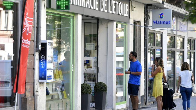Des personnes attendent devant une phamarcie pour se faire tester, en juillet 2021. (FRANCK KOBI / MAXPPP)