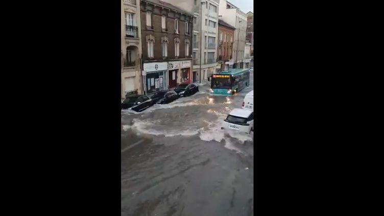 Capture d'écran d'une vidéo relayée sur le compte Twitter des sapeurs-pompiers de la Marne, montrant les dégâts causés par les intempéries dans le centre de Reims le 21 juin 2021. (Capture d'écran Twitter)