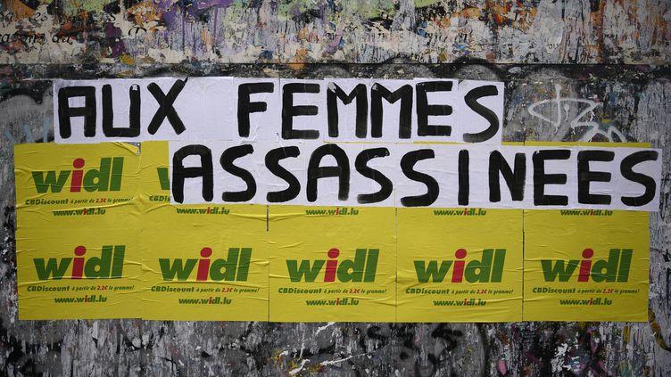 Un message dénonçant les féminicides, à Paris, le 6 septembre 2019. (LIONEL BONAVENTURE / AFP)