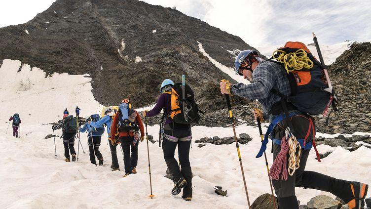 """Des alpinistes prennent """"le couloir du goûter"""" pour monter le Mont-Blanc, le 6 août 2018. (PHILIPPE DESMAZES / AFP)"""