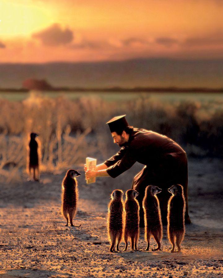 """Joan Fontcuberta, """"Miracles & Co"""", Munkki Juhani fait lire un chapitre du Kalevala à des suricates lapons, 2002  (Joan Fontcuberta)"""
