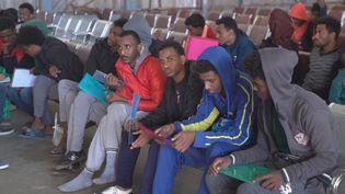 De nombreux migrants ont subi les pires violences de la part des trafiquants et survivent dans des conditions terriblesentassésdans des centres de détention en Libye. Des évacuations sont organisées par le HCR pour leur venir en aide.  (France 24)