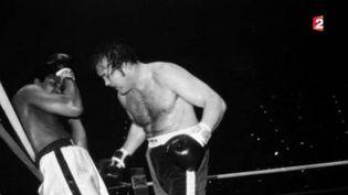 Outsider retrace l'histoire de l'homme qui a inspiré Rocky Balboa. Chuck Wepner a boxé pendant 10 ans, l'un de ses titres de gloire est d'avoir tenu 15 rounds contre Mohamed Ali. (FRANCE 2)