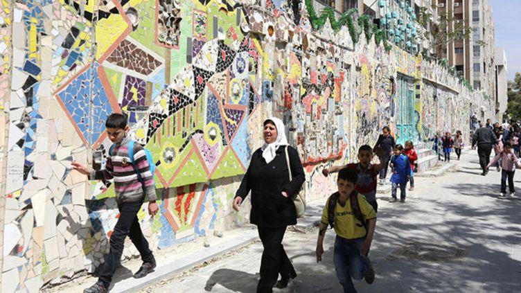 L'immense fresque murale de Moaffak Makhoul dans le quartier Mazzé de Damas, le 31 mars 2014.  (Louai Beshara / AFP)
