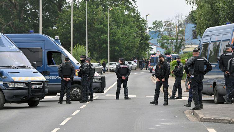 Des gendarmes en poste à Redon (Ille-et-Vilaine), lieu de l'installation d'une rave-partyle 18 juin 2021. (LOIC VENANCE / AFP)