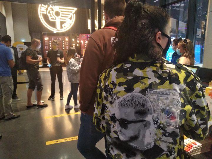 """Une spectatrice patiente pour l'avant-première de la captation """"DJ Snake, le concert au cinéma"""". (LS/FRANCEINFO CULTURE)"""