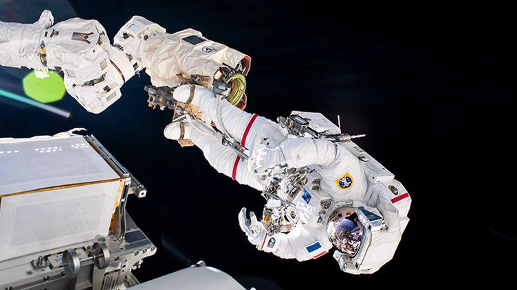 16 juin 2021. Pendant sept heures, l'astronaute français Thomas Pesquet et son coéquipier americain, Shane Kimbrough, sont restés en apesanteur à l'extérieur de la Station spatiale internationale. Le but de la mission positionner, fixer, brancher et déployer un panneau solaire de nouvelle génération, appele iROSA. Le premier d'une serie de six panneaux destinés a augmenter les capacités de production d'énergie du vaisseau spatial, construit en 1998. (NASA /MAXPPP)