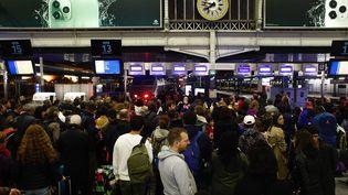Des voyageurs à la gare de Lyon, le 19 octobre. (OLIVIER CORSAN / MAXPPP)