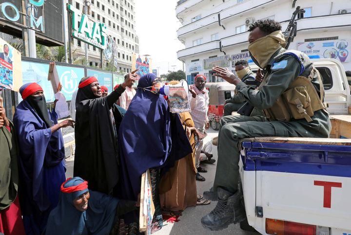 Les femmes prétendent que leurs fils ont été envoyés combattre au Tigré, enrôlés dans les troupes érythréennes. (FEISAL OMAR / REUTERS)