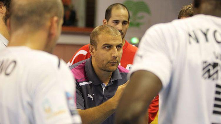 Benjamin Pavoni au milieu de ses joueurs à Créteil