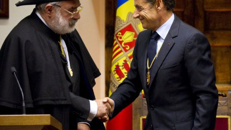 Nicolas Sarkozy, en compagnie du chef du parlement d'Andorre, Josep Dalleres Codina. (IAN LANGSDON / POOL / AFP)