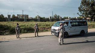 Des membres de la police du Tigré tiennent un checkpoint à l'entrée de Mekele (Ethiopie), le 9 septembre 2020, jour de vote aux élections régionales jugées illégales par le pouvoir central. (EDUARDO SOTERAS / AFP)