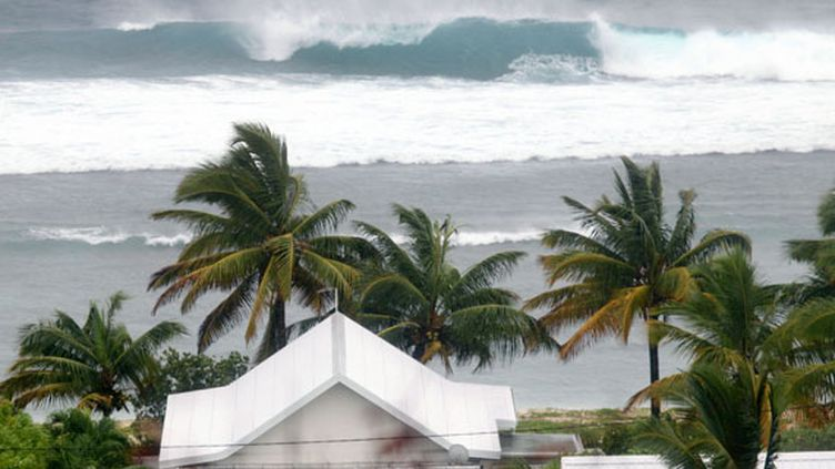 Le front de mer à Saint-Gilles (La Réunion) à l'approche de l'ouragan Dumile, le 3 janvier 2012. (RICHARD BOUHET / AFP)
