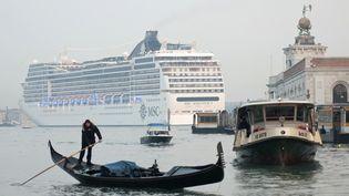 Un paquebot s'approche de la place Saint-Marc de Venise (Italie), le 23 janvier 2011. (MARCO SABADIN / AFP)