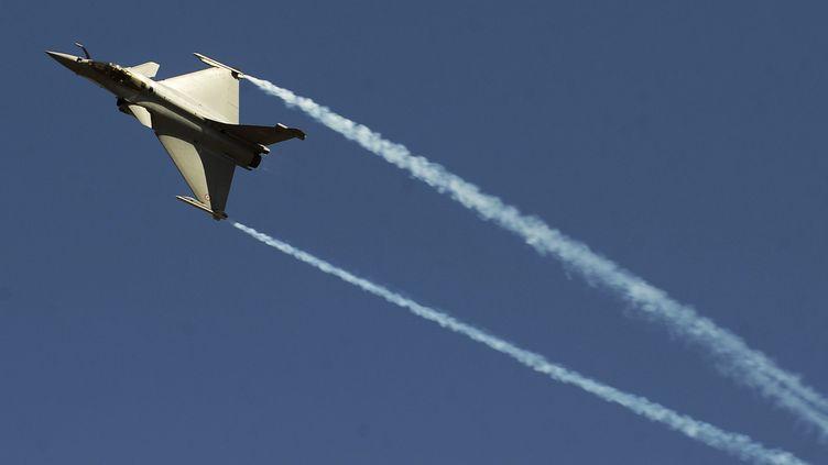 Le Rafale, avion de combat de Dassault, lors d'une démonstration à Bangalore, en Inde, le 9 février 2011. (DIBYANGSHU SARKAR / AFP)