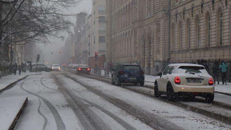 La neige tombe ce samedi 16 janvier à Lille (Nord) et dans les communes voisines. (FRANCOIS CORTADE / RADIOFRANCE)