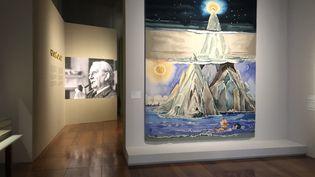 """Vue de l'exposition """"Tolkien, voyage en Terre du Milieu"""" de la Bnf. (Manon Botticelli - Franceinfo Culture / Bnf)"""