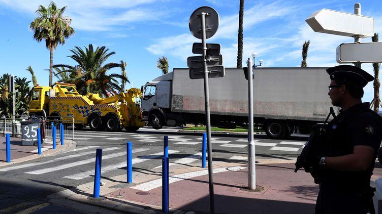Le camion del'attentat du 14 juillet 2016 à Nice est remorqué par le lendemain sur la promenade des Anglais (photo d'illustration). (BORIS HORVAT / AFP)