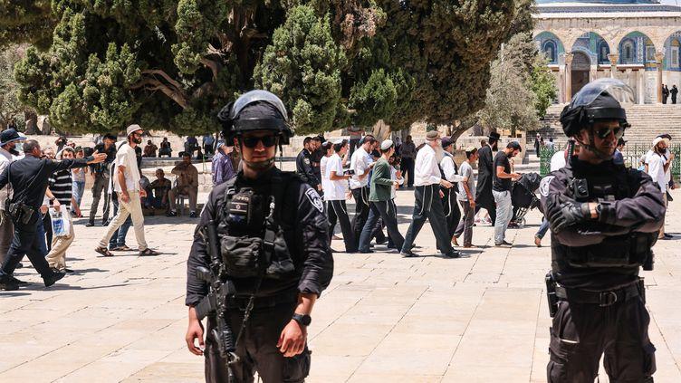 Deux membres des forces de l'ordre israéliennes devant l'esplanade des Mosquées à Jérusalem-Est, le 18 juillet 2021. (AHMAD GHARABLI / AFP)
