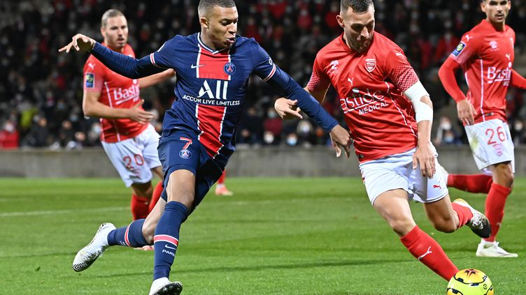 Kylian Mbappé qui joue face à Nîmes, un scénario qui pourrait disparaître en cas d'avènement de la Super Ligue européenne (PASCAL GUYOT / AFP)